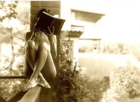 mujer desnuda leyendo