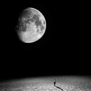 hombre mirando la luna