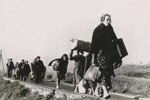 refugiados de la guerra civi española caminando hacia la frontera francesa