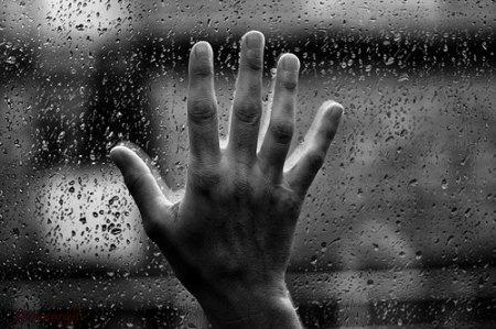 mano en cristal con lluvia