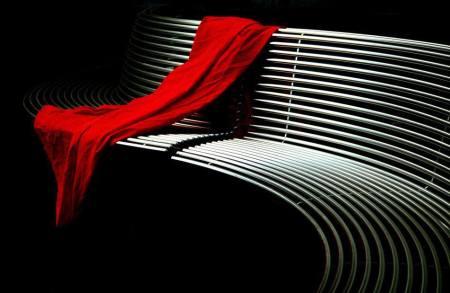 banco con vestido rojo