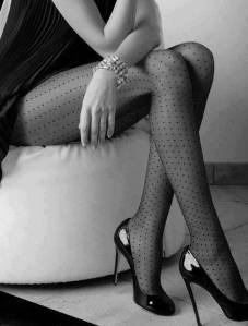 mujer con medias y tacones