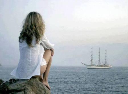 mujer mirando un barco