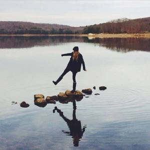 mujer piedras en el río