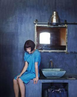 mujer en el lavabo