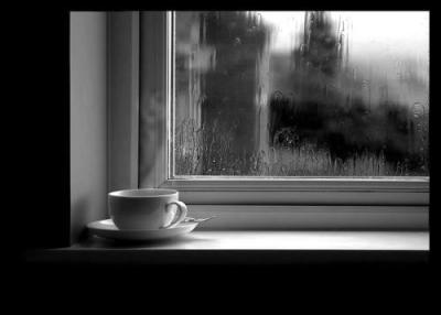 taza en la ventana