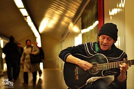 músico en el metro