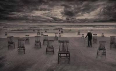 viejo con sillas