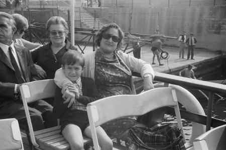 1967 En el rompeolas Javier con su madre
