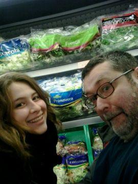 2013 (11) Laia y Javier en el supermercado 01