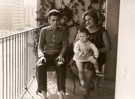 1962 Javier con papá y mamá en el balcón
