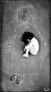 Niña_iraquí_de_un_orfanato_que_extrañaba_tanto_a_su_-mamá-que-la-dibujó-en-el-piso-para-dormir-con-ella.-MN (1)
