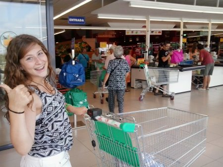2013-08-laia-feliz-en-mercadona
