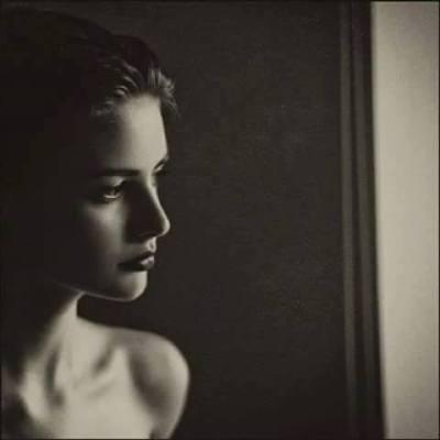 mujer ventana oscuridad
